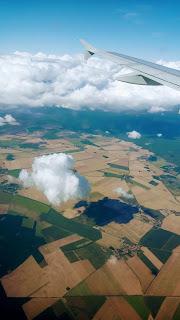 Fotografia tirada do avião, onde se pode observar a paisagem característica da Alemanha