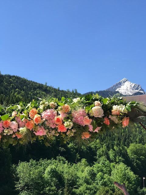 Torbogen, freie Trauung, Berghochzeit am Riessersee in Garmisch-Partenkirchen, Bayern, Hochzeitshotel, Hochzeitsplanerin Uschi Glas, Apricot, Rosé, Marsalla, Pastelltöne