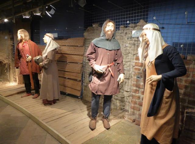 Museo Etnografico di Cracovia: esposizione di abiti antichi
