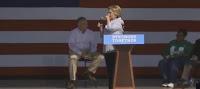 ataque de tos a Hillary Clinton