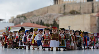 Βγήκαν τα playmobil με παραδοσιακές ελληνικές φορεσιές και είναι το καλύτερο δώρο Χριστουγέννων