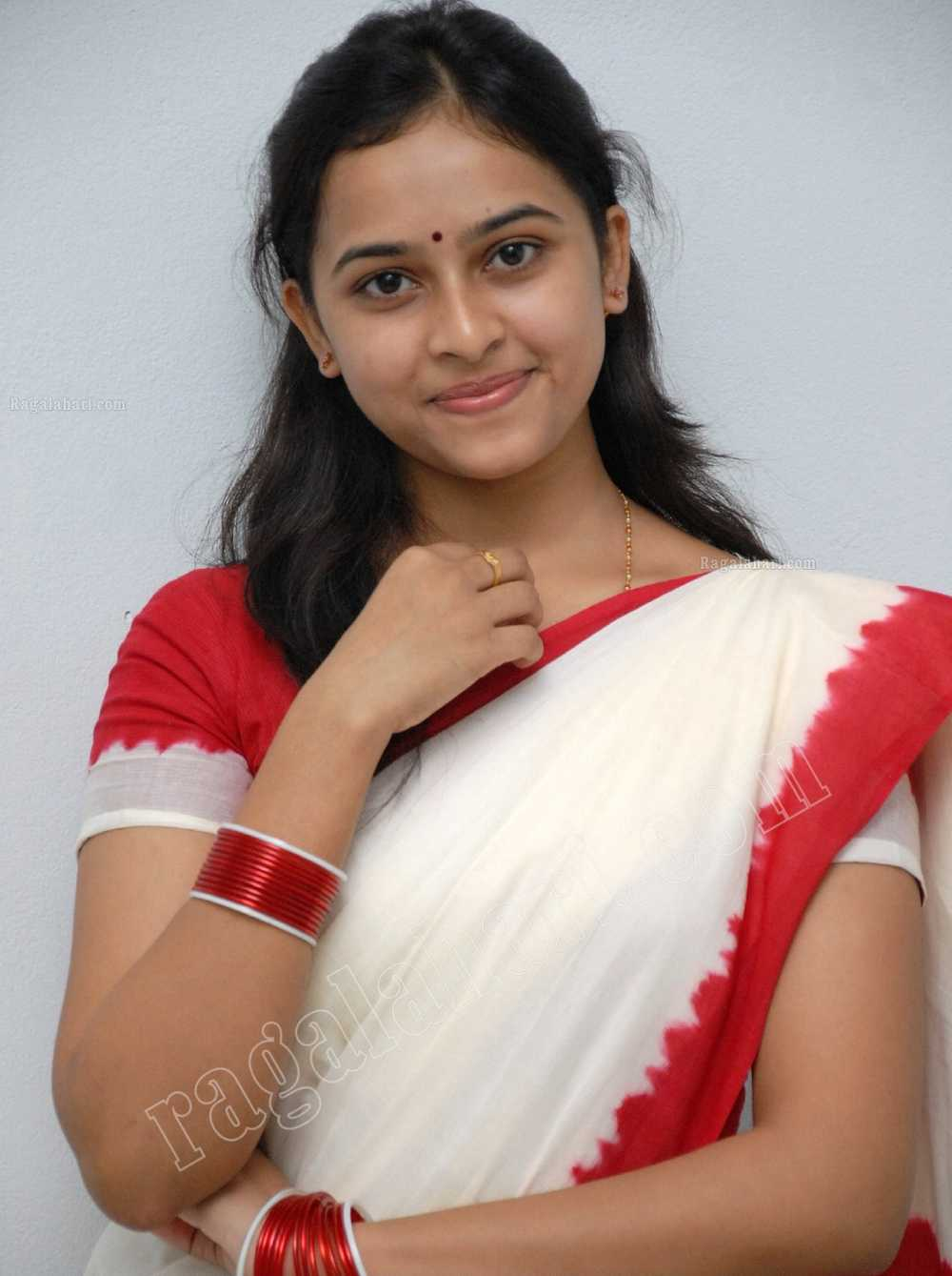 Actress Sri Divya Photos: Telugu Actress Sree Divya Cute Photos In White Saree