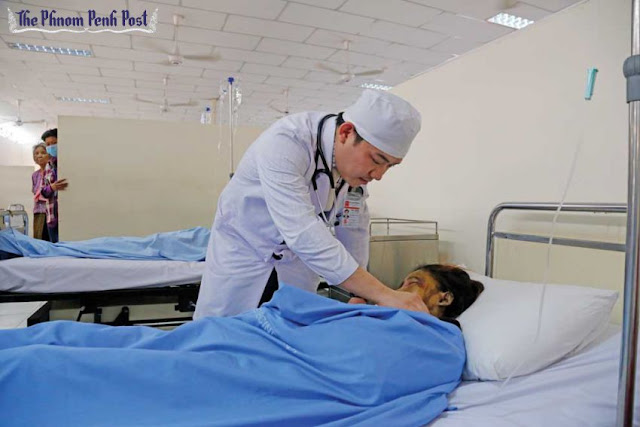 A doctor checks on a patient at Phnom Penh's Calmette Hospital earlier this year. Heng Chivoan