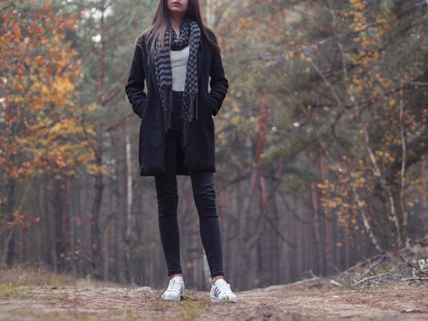 269. Stylizacja: czarny płaszcz, szalik i superstary