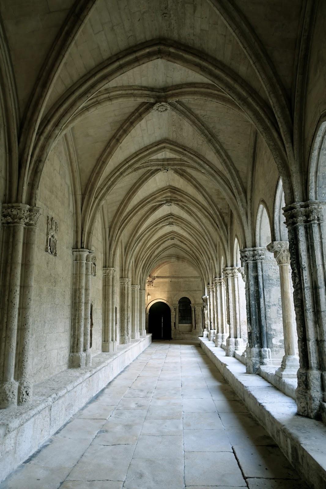 サン・トロフィーム教会の回廊(Le Cloître saint –Trophime)