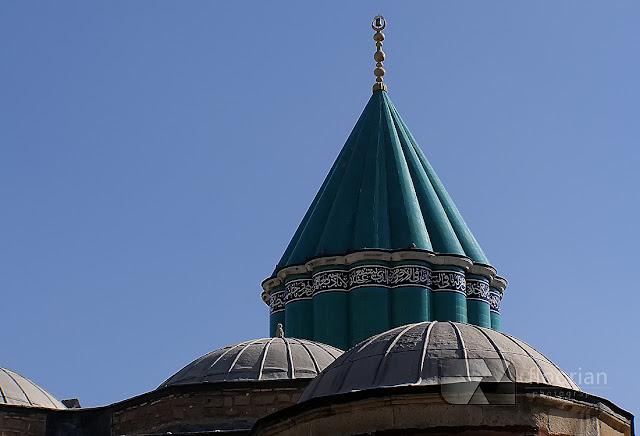 Zakon Wirujących Derwiszy i Muzeum Mevlany z turkusową kopułą to jedna z największych atrakcji turystycznych miejscowości Konya u podnóży gór Taurus w Turcji