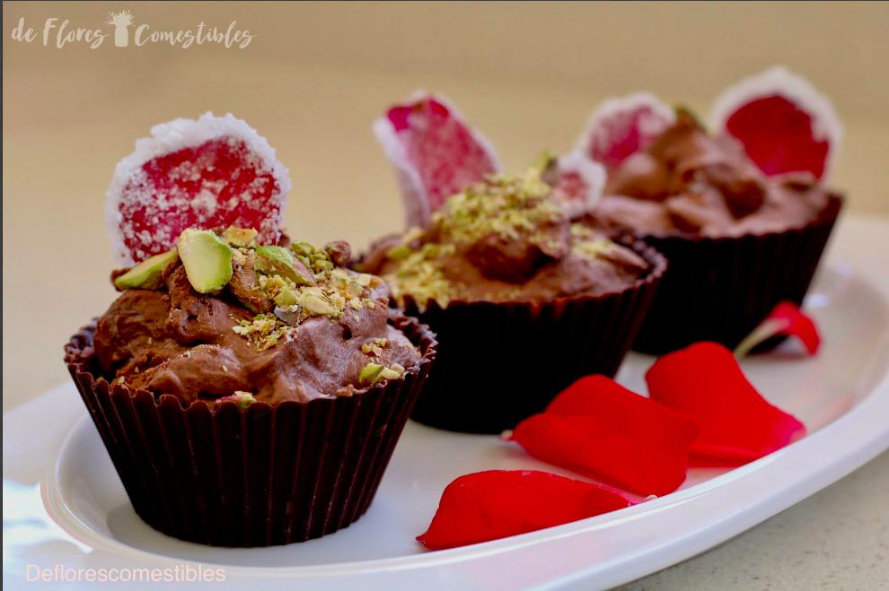 Cremoso mousse de chocolate en un vasito de chocolate con pistachos y rosas