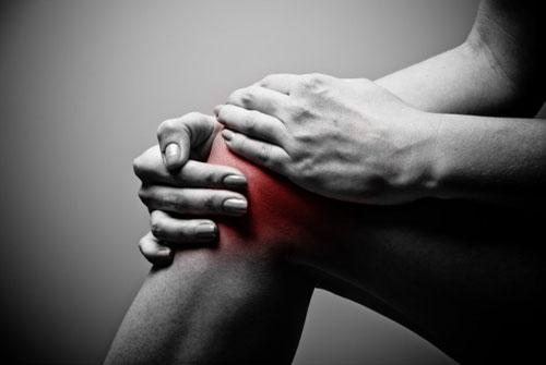 Tràn dịch khớp gối nhiều sẽ làm hạn chế cử động của khớp gối