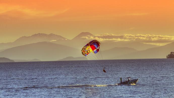Wallpaper: Fun on Lake Taupo