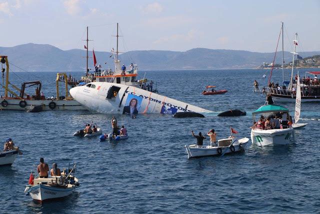 شاهد تركيا تغرق عمداً طائرة ركاب إيرباص في بحر إيجه