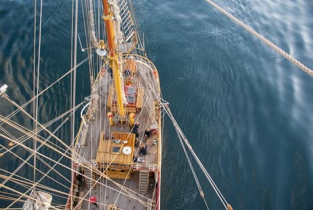 Vista en picado de un velero en medio del mar.