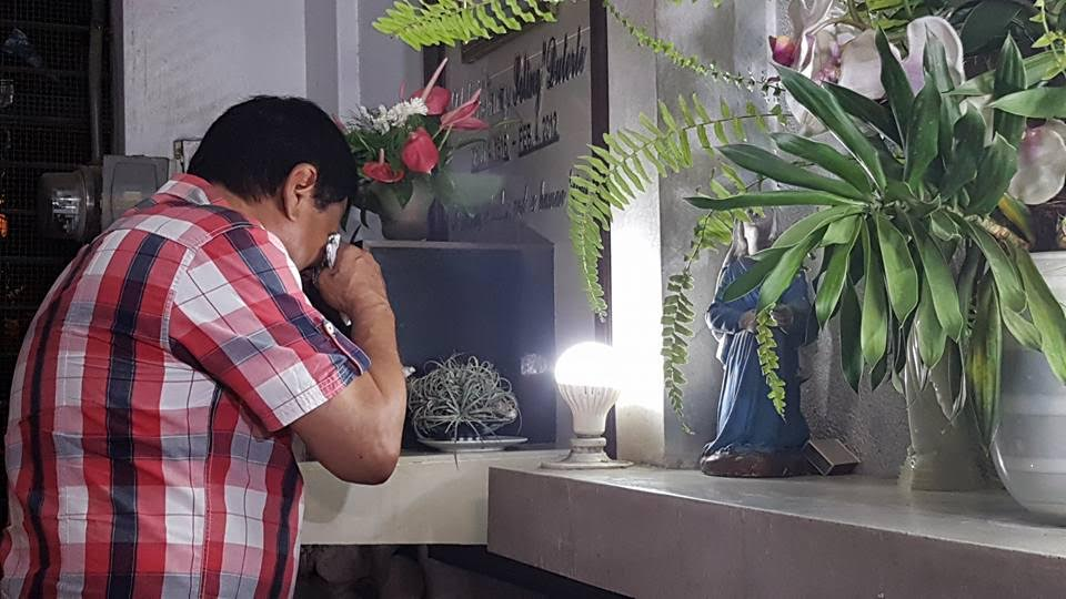 Duterte shows emotional side as he breaks down at parents' graves