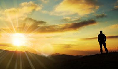 Άντρας σε βουνό, κοιτάζει την αυγή. Ακολουθεί το κείμενο: Ἡ Ἀγάπη, μόνο, βαστάζει ὅλα τὰ φορτία. Μπορῶ νὰ βαστάζω ὅλα τὰ φορτία. Γιατὶ ἡ Ἀγάπη εἶναι τὸ μέγα φορτίο! Ἡ Ἀγάπη σηκώνει τὸ βάρος τ᾿ οὐρανοῦ. Μπορῶ νὰ σηκώνω τὸ βάρος τ᾿ οὐρανοῦ. Ἡ Ἀγάπη ὑπομένει τὰ μαρτύρια τῆς πυρᾶς. Μπορῶ νὰ ὑπομένω τὰ μαρτύρια τῆς πυρᾶς. Γιατὶ ἡ Ἀγάπη εἶναι ὁ οὐρανὸς καὶ ἡ πυρά! Ἡ Ἀγάπη πιστεύει στὴ ζωὴ καὶ στὸ θάνατο. ἡ Ἀγάπη πιστεύει στὸ θαῦμα. Μπορῶ νὰ πιστεύω στὴ ζωὴ καὶ στὸ θάνατο. μπορῶ νὰ πιστεύω στὸ θαῦμα. Γιατὶ ἡ Ἀγάπη εἶναι ἡ ζωὴ καὶ ὁ θάνατος! Γιατὶ ἡ Ἀγάπη εἶναι τὸ θαῦμα! Ἡ Ἀγάπη προσεύχεται κ᾿ ἐνεργεῖ. ἡ Ἀγάπη ἀγρυπνεῖ. Μπορῶ νὰ προσεύχωμαι καὶ νὰ ἐνεργῶ. μπορῶ νὰ ἀγρυπνῶ. Γιατὶ ἡ Ἀγάπη εἶναι προσευχὴ καὶ πράξη! Γιατὶ ἡ Ἀγάπη εἶναι ἡ μυστικὴ ἀγρυπνία! Ἡ Ἀγάπη κρατάει ὅλα τὰ χαμόγελα καὶ ὅλα τὰ δάκρυα. Μπορῶ νὰ χαμογελῶ καὶ νὰ κλαίω ὅλα τὰ δάκρυα - γιατὶ ἡ Ἀγάπη εἶναι ἡ χαρούμενη θλίψη! Ἡ Ἀγάπη δίνει τὸν ἄρτο καὶ τὸν οἶνο ἐγγύηση γιὰ τὴν αἰωνιότητα. Μπορῶ νὰ μεταλάβω τὸν ἄρτο καὶ τὸν oίvo ἐγγύηση γιὰ τὴν αἰωνιότητα. Γιατὶ ἡ Ἀγάπη εἶναι ὁ Μυστικὸς Δεῖπνος! Κ᾿ ἡ μεγάλη ὑπόσχεση! Ἡ Ἀγάπη ἔπλασε τὸν ἄνθρωπο. ἡ Ἀγάπη ἐδώρησε τὸ φῶς. Πιστεύω στὸν ἄνθρωπο. πιστεύω στὴν Ἀγάπη. Γιατὶ ἡ Ἀγάπη εἶναι τὸ φῶς καὶ ἡ δωρεά! Γιατὶ ἡ Ἀγάπη εἶναι ὁ Ἄνθρωπος!