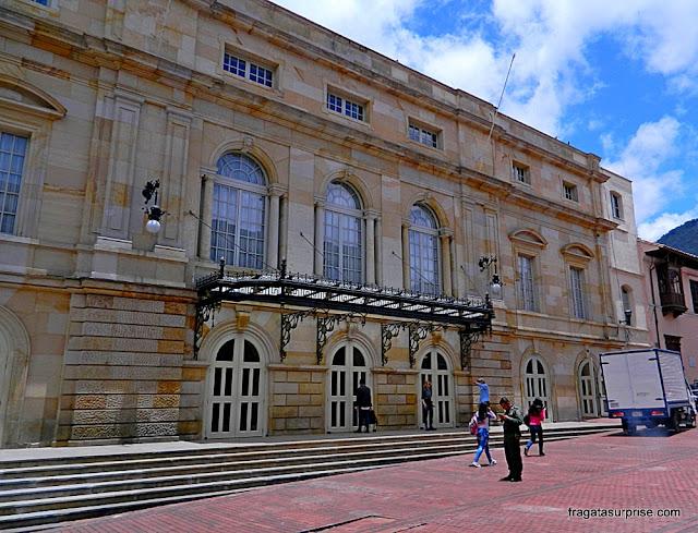 Fachada do Teatro Colón de Bogotá, no bairro de La Candelaria