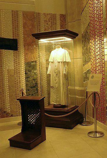 Naznaczona krwią sutanna Jana Pawła II.