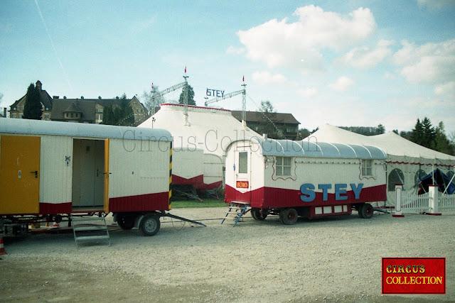 Roulotte sanitaire et  roulotte bureau du cirque suisse de la famille Stey
