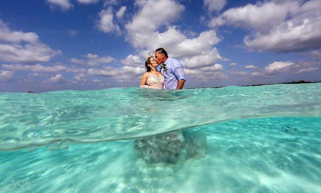 Ένας παράξενος γάμος! Ζευγάρι παντρεύτηκε μέσα στη θάλασσα και οι φωτογραφίες είναι εντυπωσιακές