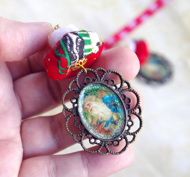 Perles artisanales en tissu, pompon et pendentif motif Père Noël rétro