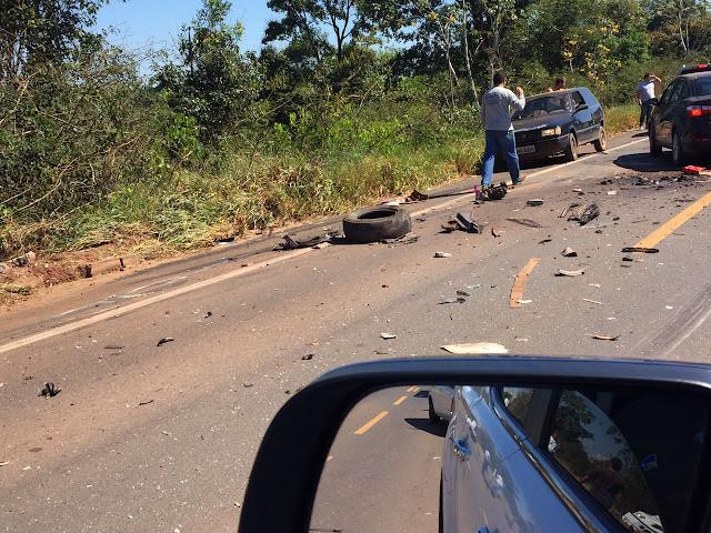 Engate de carreta se solta carregando camionete S10 e causa grave acidente na BR 364