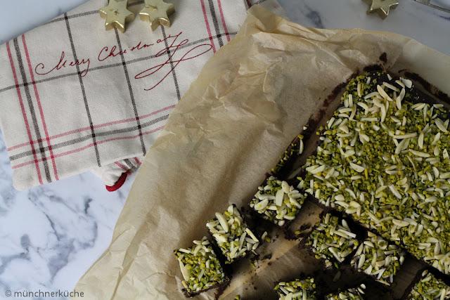 Zimt, Anis, Ingwer und Piment machen diese schlotzigen Brownies ziemlich weihnachtlich.