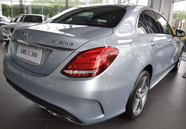 Đuôi xe Mercedes C300 AMG thiết kế cân đối với nhiều tình năng hiện đại