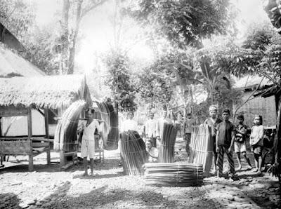 Sejarah Tasikmalaya Jabar      Dimulai pada abad ke VII sampai abad ke XII di wilayah yang sekarang dikenal sebagai Kabupaten Tasikmalaya, diketahui adanya suatu bentuk Pemerintahan Kebataraan dengan pusat pemerintahannya di sekitar Galunggung, dengan kekuasaan mengabisheka raja-raja (dari Kerajaan Galuh) atau dengan kata lain raja baru dianggap syah bila mendapat persetujuan Batara yang bertahta di Galunggung. Batara atau sesepuh yang memerintah pada masa abad tersebut adalah sang Batara Semplakwaja, Batara Kuncung Putih, Batara Kawindu, Batara Wastuhayu, dan Batari Hyang yang pada masa pemerintahannya mengalami perubahan bentuk dari kebataraan menjadi kerajaan.  Kerajaan ini bernama Kerajaan Galunggung yang berdiri pada tanggal 13 Bhadrapada 1033 Saka atau 21 Agustus 1111 dengan penguasa pertamanya yaitu Batari Hyang, berdasarkan Prasasti Geger Hanjuang yang ditemukan di bukit Geger Hanjuang, Desa Linggawangi, Kecamatan Leuwisari, Tasikmalaya. Dari Sang Batari inilah mengemuka ajarannya yang dikenal sebagai Sang Hyang Siksakanda ng Karesian. Ajarannya ini masih dijadikan ajaran resmi pada zaman Prabu Siliwangi (1482-1521 M) yang bertahta diPakuan Pajajaran. Kerajaan Galunggung ini bertahan sampai 6 raja berikutnya yang masih keturunan Batari Hyang.  Periode selanjutnya adalah periode pemerintahan di Sukakerta dengan ibukota di Dayeuh Tengah (sekarang termasuk dalam Kecamatan Salopa, Tasikmalaya), yang merupakan