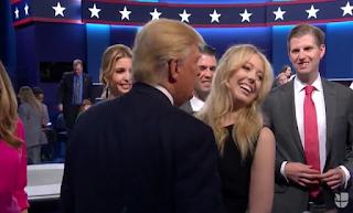 Tiffany Trump evitando el beso de Donald Trump.