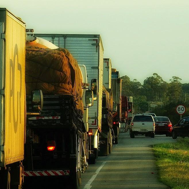 Fila de caminhões parados em Laguna