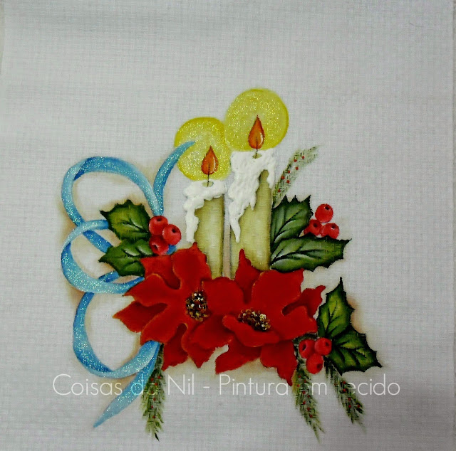 caminho de mesa em etamine com pintura de velas, flores bico de papagaio e laço de fita