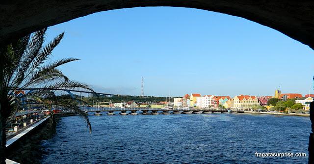 As casinhas coloridas de Curaçao vista do Forte Riff
