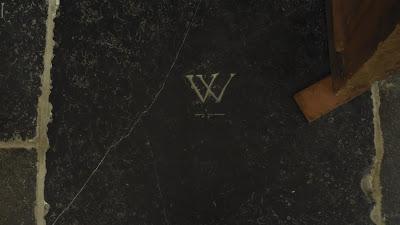 Een graf in de St. Joriskerk met de letter W
