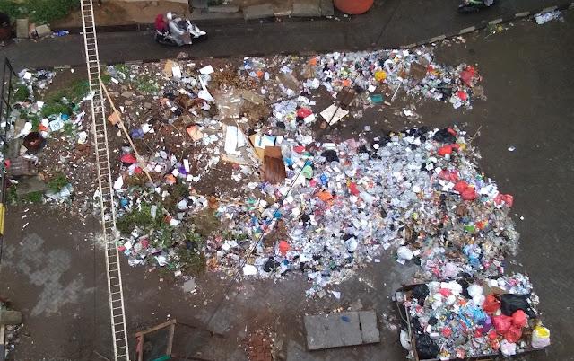 Tumpukan sampah yang tak terurus, berada di samping Gedung IQRA dan Balai Sidang, Jl. Sultan Alauddin, Makassar. Sabtu (21/10/2017).