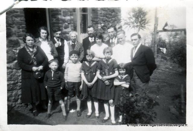 Photo noir et blanc ancienne :  autre famille en tenue du dimanche