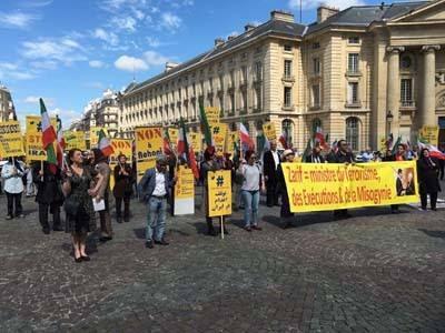 باريس... مظاهرة الإيرانيين والعرب في باريس إحتجاجاُ على زيارة وزير خارجة إيران