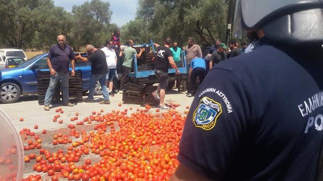 """ΔΙΑΣΥΡΜΟΣ! """"Θερμή"""" υποδοχή αγροτών στον Τσιρώνη με ΜΑΤ και... ντομάτες"""
