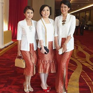 Model Kebaya Kutubaru warna putih dengan rok batik