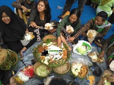 makan bersama, tumpeng, ritual ruwat bumi tidar magelang