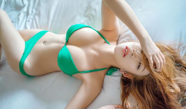 Hot girl nóng bỏng với bikini xanh đón hè