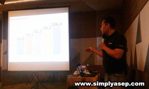 PRESENTASI  : Mas Muhammad Firman dari ASUS saat memberikan materi dan review kecanggihan fitur fitur ASUS ZenFone Max Pro M1. Foto Asep Haryono
