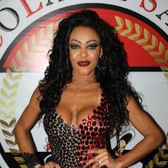 Cassia Almeida posa em escola de samba paulistana e exibe corpo escultural