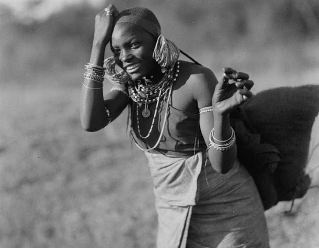 Rift Valley Nairobi Kikuyu woman on the road home to Nairobi 1920