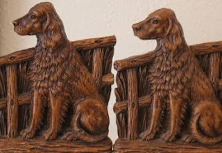 Δύο σκυλάκια σκαλισμένα σε ξύλο.