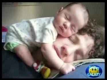Baby schläft niedlich auf Papas Kopf witzige Familienbilder