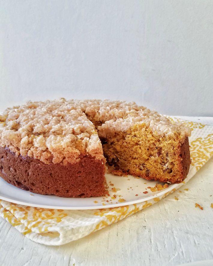 El interior de la torta es húmedo y se aprecian los frutos secos y la capa de coco en la cobertura