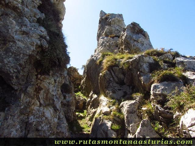Sendero entre rocas
