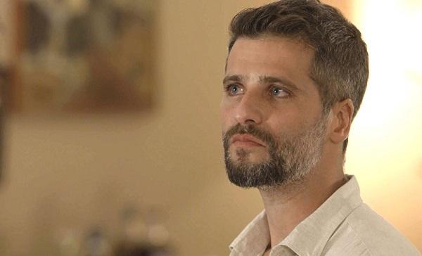 Gabriel aparece de surpresa no sobrado de Olavo (Imagem: Reprodução/TV Globo)