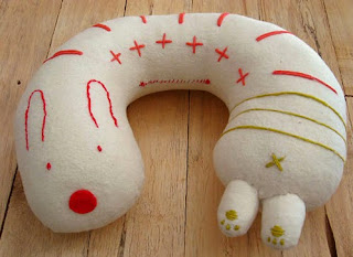http://translate.google.es/translate?hl=es&sl=en&tl=es&u=http%3A%2F%2Fwww.handmadecharlotte.com%2Fdiy-embroidered-travel-pillow%2F