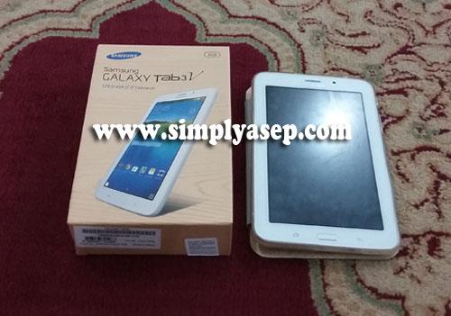 ANGGUN : Inilah tampilan BOX dan perangkat Samsung Galaxy Tab 3V yang saya buka sebagian.  Harga di kisaran 1,8 Jt rupiah.  Foto Asep Haryono