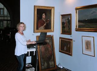 Kobieta przy historycznych obrazach
