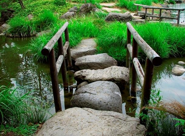 Мост через ручей из камней